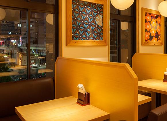 開放的なオープンスペース<br>窓から覗ける夜景も楽しめる2名~10名席